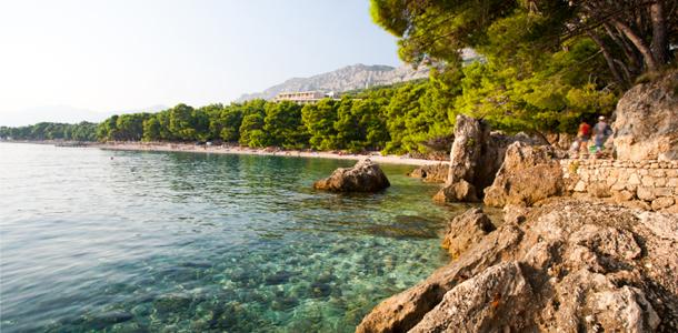 Пляж в Брела (Brela) на Макарской Ривьере в Хорватии