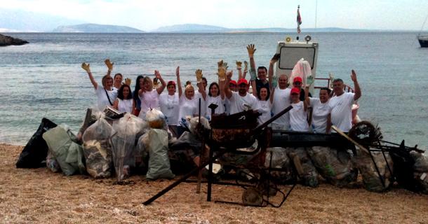 Акция по уборке мусора на пляже, организованная Институтом Аква Марис