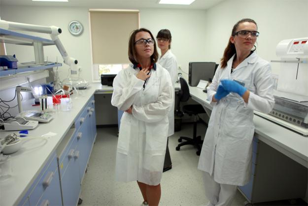 Евгения Тимонова в лаборатории Института Аква Марис
