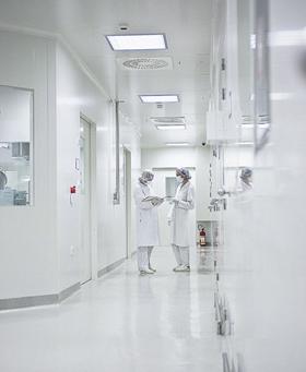 Завод, где делают Аква Марис, - это легкий светлый корпус, похожий на огромную операционную